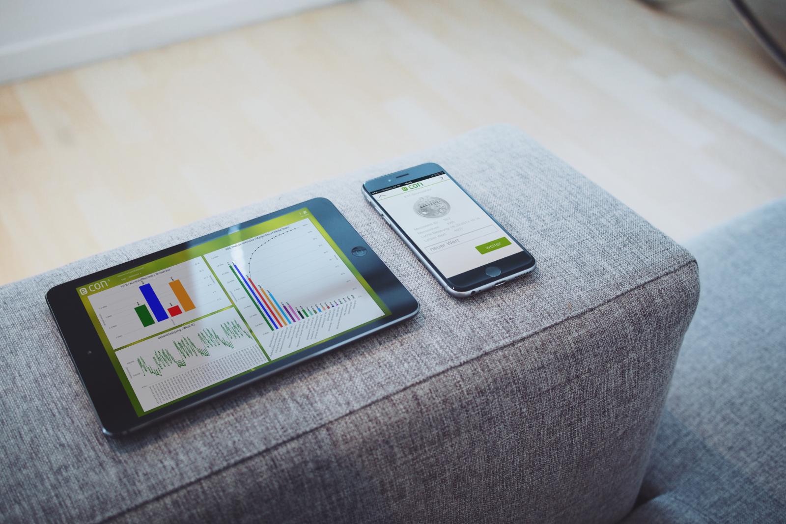 econ mobil Tablet und Handy auf der Couch